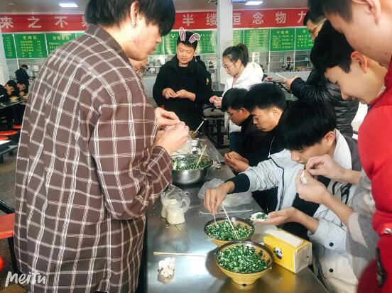 郑州北大青鸟翔天信鸽学员冬至包饺子