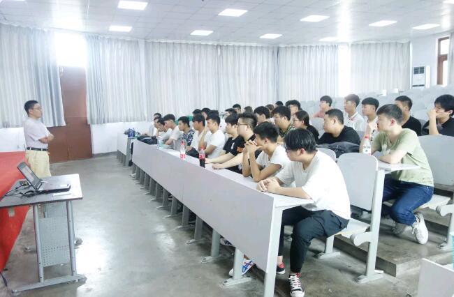 郑州北大青鸟翔天信鸽优秀毕业生杨国印和郑文科两位学长回母校进行就业分享