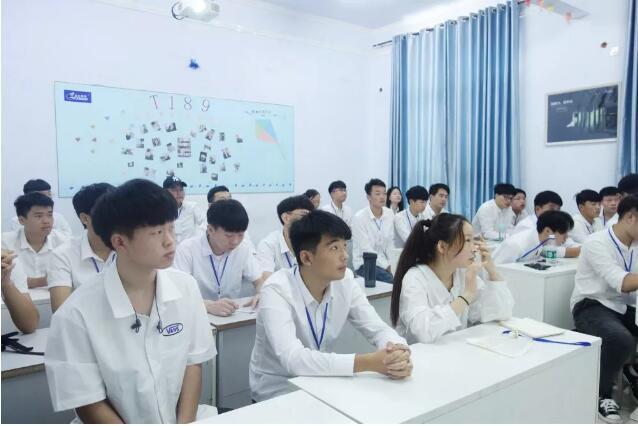 """郑州北大青鸟翔天信鸽B196班PPT大赛――从""""内秀""""到侃侃而谈的我们"""
