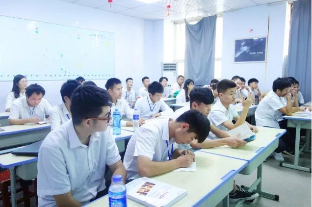 郑州北大青鸟翔天信鸽A304班演讲比赛:不负青春,展现自我!