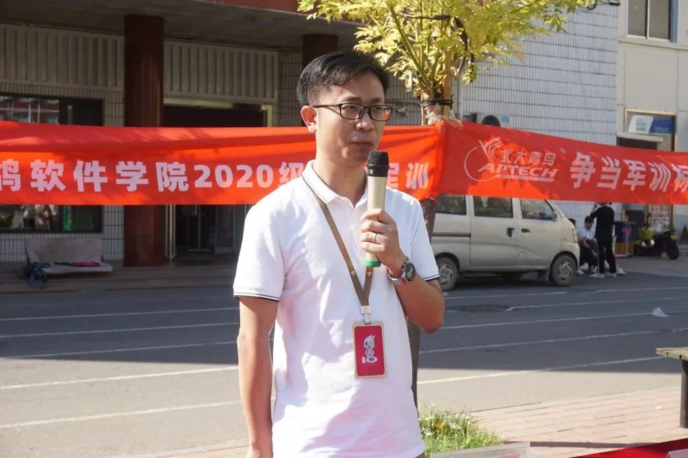 郑州北大青鸟翔天信鸽军训汇演书写迷彩青春