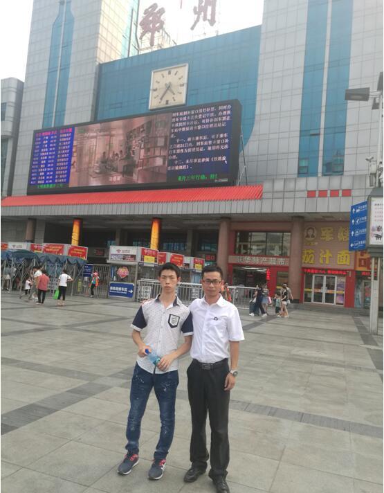 王广南老师与盐津的小伙伴学员郑州火车站合影留念