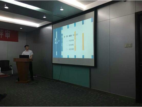 郑州北大青鸟翔天信鸽参赛学院正在对自己的项目进行讲解