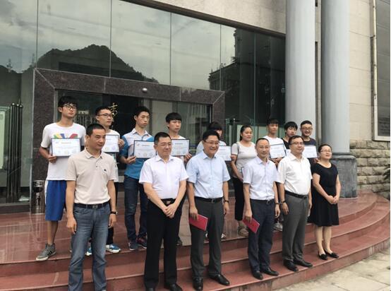 郑州北大青鸟翔天信鸽授权培训中心张校长与本次参与活动的学生合影